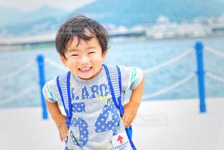 水の体の前で立っている少年の写真・画像素材[1289044]