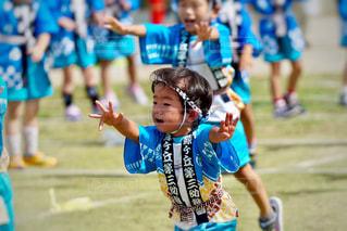 サッカー ボールを保持している小さな女の子の写真・画像素材[1326170]