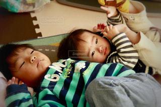 テーブルに座っている小さな子供の写真・画像素材[1622041]