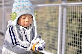 小さな子供が赤ん坊を抱いているの写真・画像素材[2679983]