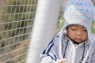 赤ん坊を抱いている小さな女の子の写真・画像素材[2679986]