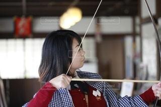 赤いシャツを着た女性の写真・画像素材[2695069]