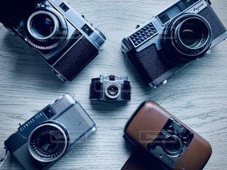 テーブルの上のカメラの写真・画像素材[2833630]