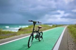 道路の脇に駐車している自転車の写真・画像素材[3377254]