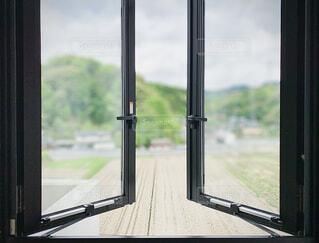 窓の外を見るビューの写真・画像素材[4377021]