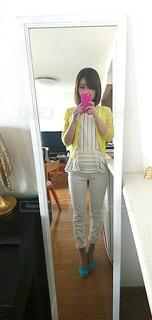カメラにポーズ鏡の前に立っている人の写真・画像素材[1117864]
