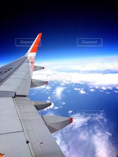 空を飛んでいる飛行機の写真・画像素材[1118492]