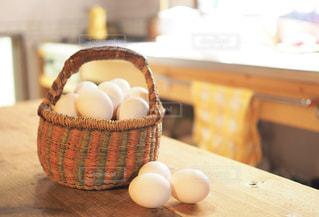 キッチンのカゴに入った玉子の写真・画像素材[1194247]