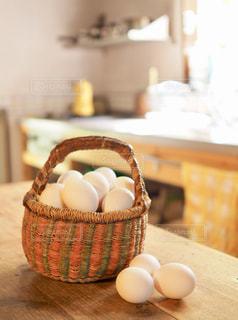 キッチンのカゴに入った玉子の写真・画像素材[1194268]