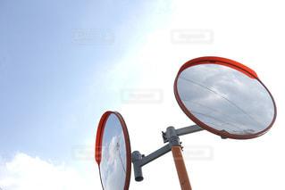 空を写すカーブミラーの写真・画像素材[1119643]