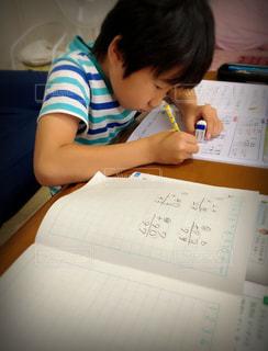 子ども,屋内,室内,人,小学生,勉強,少年,若い,宿題,手書き,自宅,テキスト,自習,学習,自宅学習