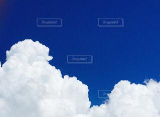 青い空に雲の写真・画像素材[1122705]