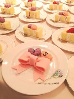 食べ物,ケーキ,屋内,ピンク,白,フォーク,テーブル,皿,ハート,リボン,たくさん,セット,マカロン,複数,ウェディング,イニシャル