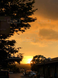 遠くに沈む夕日の写真・画像素材[1205126]