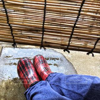 雨,赤,チェック,縁側,長靴,石,梅雨,色彩,雨宿り,レインシューズ,すだれ,敷石,雨水,子供用,梅雨どき