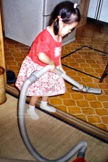 掃除機をかける幼児の写真・画像素材[1233030]