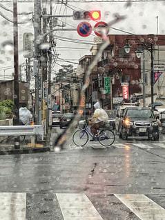 自転車,雨,水滴,横断歩道,車窓,梅雨,6月,レインコート,雨粒,雨降り,信号待ち,車窓から,フロントガラス