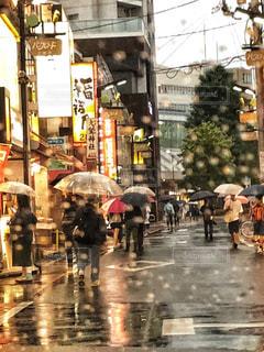 雨,傘,道路,商店街,車窓,梅雨,6月,雨粒,雨降り,車窓から,フロントガラス
