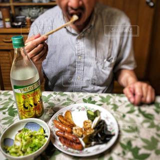 男性,お部屋,皿,素朴,夕食,サラリーマン,おつまみ,晩酌,ストライプ,昭和風,いいちこ,仕事疲れ