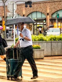 大きな荷物を運ぶ男性の写真・画像素材[1245806]