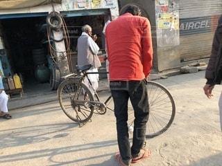 自転車に空気を入れている🚲の写真・画像素材[1245820]