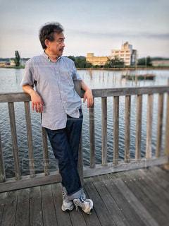 木製フェンスの上に立っている人の写真・画像素材[1261484]