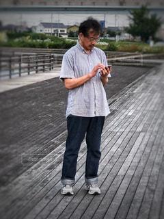 歩道上に立って若い男の子の写真・画像素材[1261649]