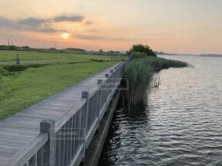 水の体以上の長い橋の写真・画像素材[1268607]