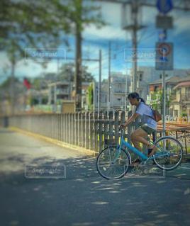 水色の自転車に乗る少女🚲の写真・画像素材[1315667]