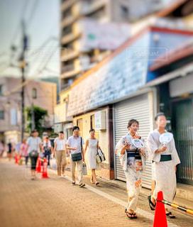 通りを歩く人の写真・画像素材[1410740]