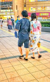 歩く2人の写真・画像素材[1416357]