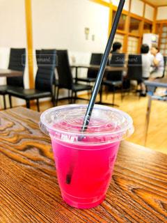 ピンク,椅子,テーブル,休憩,木製,ティータイム,店内,ドリンク,ヘルシー,残暑,真夏,お客さん,談話,夏ドリンク