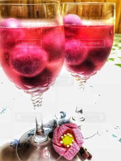 飲み物,花,夏,ピンク,室内,椿,花飾り,爽やか,グラス,アイス,ドリンク,炭酸,2つ