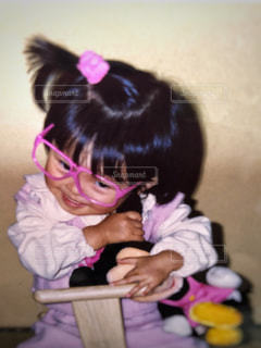 ピンク,子供,女の子,眼鏡,ぬいぐるみ,遊ぶ,幼児,桃色,ヘアゴム,メガネ,おかっぱ,長袖,結ぶ,はにかむ