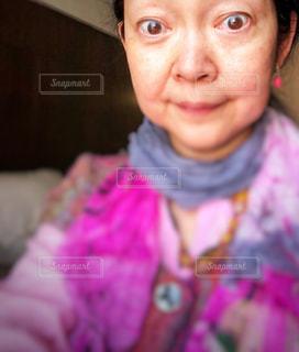 カメラに向かって笑みを浮かべて少女の写真・画像素材[1439648]