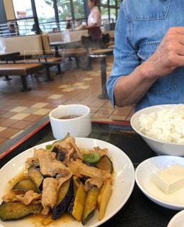 食品のプレートをテーブルに着席した人の写真・画像素材[1463296]