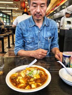 食品のプレートの前に立っている男の写真・画像素材[1463322]