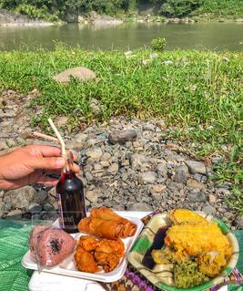 食物と一緒にテーブルに座って人の写真・画像素材[1463371]
