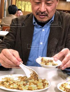 男性,サラリーマン,居酒屋,麻婆豆腐,取り皿,食欲の秋,お客さん,取り分ける