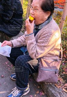 秋,紅葉,落ち葉,焼き芋,買い物,高齢者,お年寄り,おばあちゃん,秋風,ほおばる,食欲の秋,敬老の日,頬張る