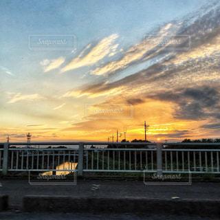 夕日,夕方,夕陽,オレンジ色,秋空,秋風,車窓から,鉄柱,白雲,空の日