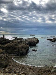 海,空,秋,雲,岩場,鳥居,海岸,水辺,岩,早朝,秋空,空の日