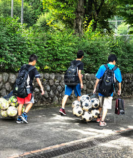 ボールを運ぶ少年たちの写真・画像素材[1506280]