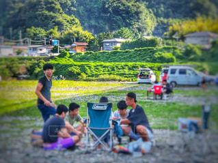 河原で集う若者たちの写真・画像素材[1506828]