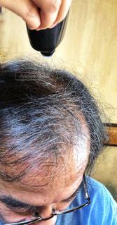 男性,髪,手,水滴,昭和,歴史,お手入れ,びん,使用中,育毛剤,頭皮,かみのもと,愛用者