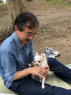 犬をかわいがる男性の写真・画像素材[1588637]
