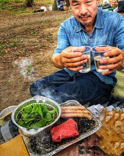 男性,飲み物,秋,座る,旅行,肉,網,キャンプ場,乾杯,バーベキュー,野外,茨城