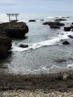 岩場,砂浜,波,鳥居,冬景色,海岸,旅行,曇り空,どんより,ホワイトカラー