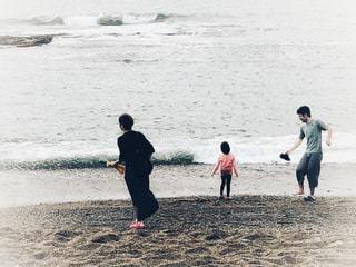 家族,親子,水面,海岸,旅行,曇り空,どんより,白波,ホワイトカラー