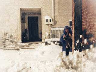 女性,建物,冬,東京,白,雪景色,見つめる,大雪,レインコート,ホワイトカラー